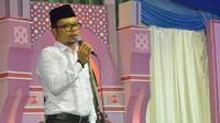 Menteri Ketenagakerjaan M. Hanif Dhakiri mengajak agar bijak dalam menyikapi perkembangan termasuk jangan mengeluh di Media Sosial.