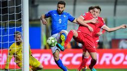 Striker Italia, Leonardo Pavoletti, mencetak gol  ke gawang Liechtenstein pada laga Kualifikasi Piala Eropa 2020 di Stadion Ennio-Tardini, Selasa (26/3). Italia menang 6-0 atas Liechtenstein. (AFP/Miguel Medina)