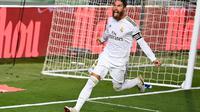 Bek Real Madrid Sergio Ramos menentukan kemenangan tim atas Getafe pada laga La Liga di Estadio Alfredo di Stefano, Kamis (2/7/2020) atau Jumat dini hari WIB. (AFP/Gabriel Bouys)