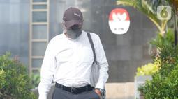 Direktur Produksi PT Dirgantara Indonesia (PTDI) 2015-2019, Arie Wibowo berusaha menghindari wartawan usai pemeriksaan di Gedung KPK, Jakarta, Jumat (12/6/2020). Arie diperiksa dalam kasus dugaan korupsi pengadaan dan pemesanan pesawat di lingkungan PTDI pada 2007-2017. (merdeka.com/Dwi Narwoko)