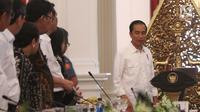 Presiden Jokowi sebelum memimpin sidang kabinet paripurna di Istana Merdeka, Jakarta, Selasa (29/8). Dalam sidang tersebut presiden menekankan agar kementerian memberi manfaat kepada rakyat dan negara. (Liputan6.com/Angga Yuniar)