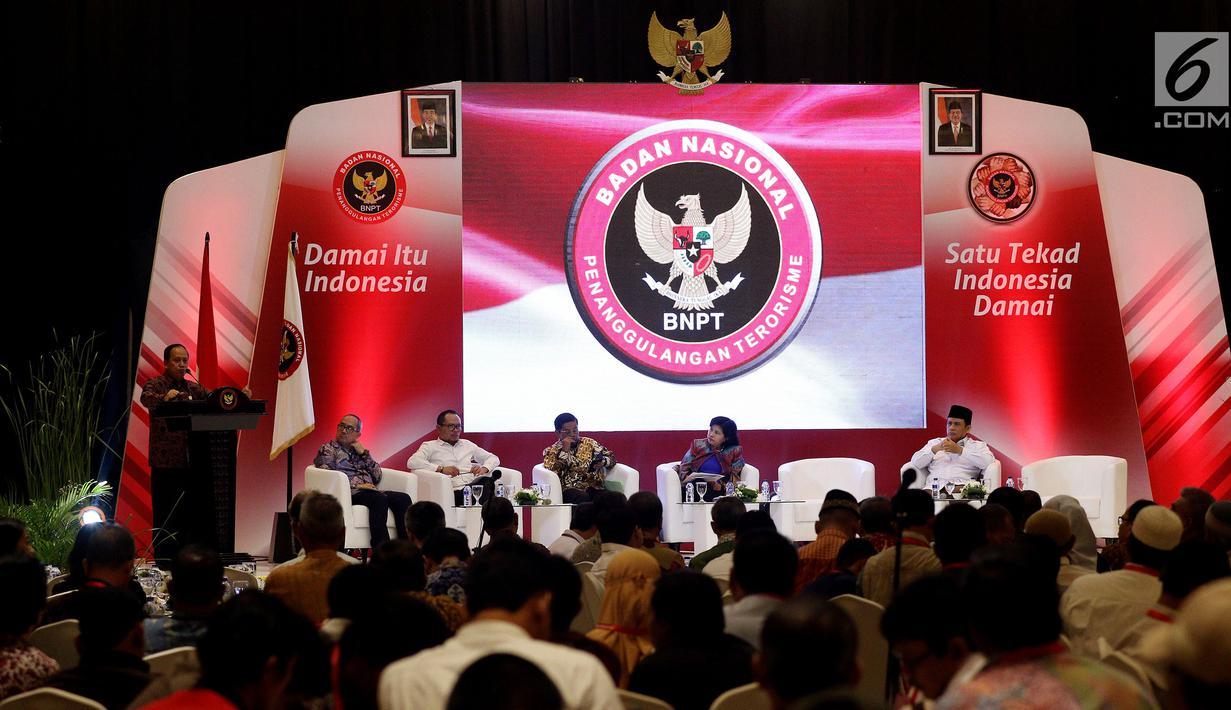 Menristek Dikti M Nasir memberi pandangan dalam silaturahmi mantan napi dengan korban terorisme yang digelar BNPT di Jakarta, Rabu (28/2). Acara bertema 'Silaturahmi Kebangsaan Negara Kesatuan Republik Indonesia (Satukan NKRI)'. (Liputan6.com/JohanTallo)