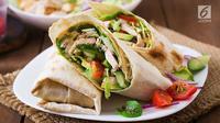 Saatnya membuat menu sarapan sehat dari olahan ayam, Chicken Avocado Salad Roll. (Foto: iStockphoto)