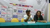 Pelatih Timnas Kamboja Putri U-16, Meas Sam. (Bola.com/Muhammad Ivan Rida)