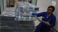 Petugas mengecek lembaran uang rupiah di Bank Mandiri, Jakarta, Kamis (21/12). Guna memenuhi kebutuhan uang tunai selama perayaan Natal dan Tahun Baru 2018, Bank Indonesia (BI) menyiapkan uang kartal sebanyak Rp 193,9 triliun. (Liputan6.com/Angga Yuniar)