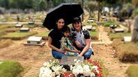 Hari ini adalah peringatan ultah ke-73 Bastian Tito. Vino G Bastian mengajak keluarganya nyekar ke makam sang ayah. (Instagram/ vinogbastian__)