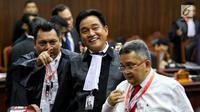 Ketua Tim Hukum Jokowi-Ma'ruf Amin, Yusril Ihza Mahendra (tengah) menghadiri sidang perdana sengketa Pilpres 2019 di Mahkamah Konstitusi (MK), Jumat (14/6/2019). Sidang itu memiliki agenda pembacaan materi gugatan dari pemohon, yaitu paslon 02 Prabowo Subianto-Sandiaga Uno. (Lputan6.com/Johan Tallo)