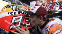 Pebalap Repsol Honda, Marc Marquez, mencium motor RC213V usai menyegel titel MotoGP 2016 di Twin Ring Motegi, Jepang, Minggu (16/10/2016). (Autosport)