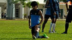 Rassyid Assahid lakukan peregangan otot usai  Latihan Timnas Indonesia di Lapangan Inspen, Putrajaya, Malaysia. Jumat 30 November 2012.