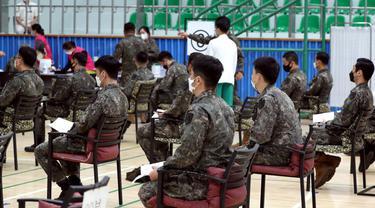FOTO: Tentara Korea Selatan Mulai Disuntik Vaksin COVID-19