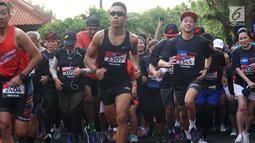 Wakil Presiden Direktur BCA Armand Wahyudi Hartono (ketiga kanan) dan peserta mengikuti salah satu rangkaian gelaran Super League Triathlon 2019 di Nusa Dua, Bali, Sabtu (23/3). Sekitar 1.500 peserta mengikuti berbagai jenis kompetisi olahraga yang digelar selama dua hari ini. (Liputan6.com/HO/Eko)