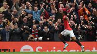 Striker Manchester United (MU) Marcus Rashford melakukan selebrasi usai mencetak gol ke gawang Liverpool pada pertandingan Liga Inggris di Stadion Old Trafford, Manchester, Inggris, Minggu (20/10/2019). Pertandingan berakhir dengan skor 1-1. (Oli SCARFF/AFP)