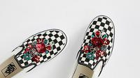 Saatnya hiasi tampilan sepatu dengan detail yang mewah sekaligus glamor.