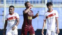 Gelandang PSM Makassar, Zulham Zamrun (tengah) melakukan selebrasi usai mencetak gol kedua timnya ke gawang Borneo FC dalam laga matchday ke-3 Grup B Piala Menpora 2021 di Stadion Kanjuruhan, Malang, Rabu (31/3/2021). PSM bermain imbang 2-2 dengan Borneo FC. (Bola.com/M Iqbal Ichsan)