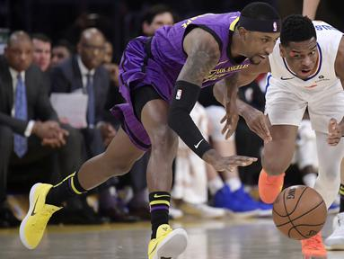 Pebasket Los Angeles Lakers,  Kentavious Caldwell-Pope, berebut bola dengan pebasket Los Angeles Clippers, Shai Gilgeous-Alexander, pada laga NBA di di Staples Center, Sabtu (29/12). Los Angeles Clippers menang 118-107 atas LA Lakers. (AP/Mark J. Terrill)