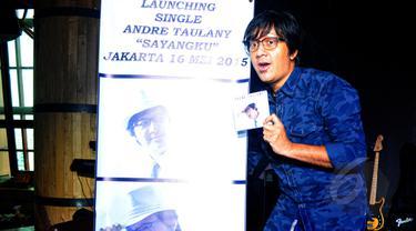 "Andre Taulany saat berpose di sela-sela peluncuran single ""Sayangku"" di kawasan Kuningan, Jakarta, Sabtu (16/5/2015). Setelah lama muncul di televisi sebagai komedian, Andre Taulany kini memutuskan untuk kembali bernyanyi. (Liputan6.com/Yoppy Renato)"