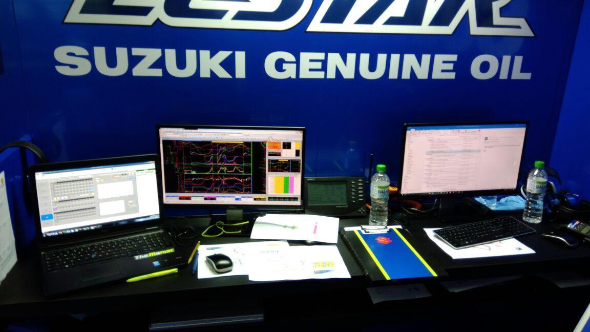 Ada satu PC dan dua laptop yang mencatat data performa pembalap Suzuki Ecstar di MotoGP Malaysia (Liputan6.com/Defri Saefullah)