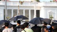 Peserta aksi Kamisan saat aksi di kawasan Silang Monas depan Istana Negara, Jakarta, Kamis (14/2). Seiring aksi Kamisan, JSKK meminta komitmen pemerintah untuk menyelesaikan kasus pelanggaran HAM masa lalu. (Liputan6.com/Helmi Fithriansyah)