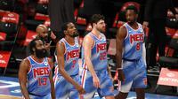 James Harden (paling kiri) pada laga debut bersama Brooklyn Nets di NBA 2020/2021. (Sarah Stier / GETTY IMAGES NORTH AMERICA / Getty Images via AFP)