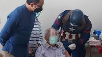Vaksinator di RS Vania Kota Bogor memakai kostum superhero Captain America saat menyuntikan vaksin Covid-19 kedua bagi para lansia, Selasa (20/4/2021). (Liputan.com/ Achmad Sudarno)