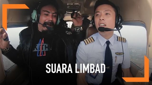 Limbad yang terkenal tidak pernah bersuara kini membuat warganet heboh. Ia kaget dan tidak sengaj mengeluarkan suara saat menaiki sebuah pesawat.