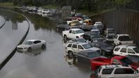 Mobil rusak karena banjir (Foto: cbsdallas)
