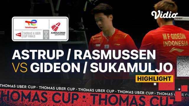 Berita video highlights pertandingan kedua Indonesia vs Denmark di semifinal Piala Thomas 2020, di mana Kevin Sanjaya / Marcus Gideon meraih kemenangan, Sabtu (16/10/2021) malam hari WIB.