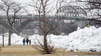 Pemandangan yang disebut sebagai tsunami bongkahan es. (Tara Walton/AP)