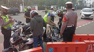 Petugas Kepolisian melakukan razia di silang monas, Jakarta Pusat (Satpatwalpoldametrojaya)
