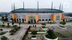 Foto udara suasana depan Stadion Pakansari, Kabupaten Bogor, Jawa Barat, Senin (13/4/2020). Bupati Bogor Ade Yasin menyatakan Pembatasan Sosial Berskala Besar pencegahan penularan virus COVID-19 yang rencananya dimulai Rabu (15/4) akan terfokus di zona merah. (Liputan6.com/Helmi Fithriansyah)