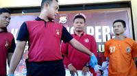 Aparat Kepolisian Resort Kota Bengkulu memberikan keterangan pers terkait kasus Pembunuhan di Kelurahan Tanjung Jaya (Liputan6.com/Yuliardi Hardjo)