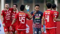 Para pemain Persija Jakarta bergembira usai mengalahkan Kalteng Putra dengan skor telak 3-0 di laga pekan ke-15 Shopee Liga 1 2019 yang digelar di Stadion Madya, Senayan, Jakarta, Selasa (20/8/2019). (Bola.com/Muhammad Iqbal Ichsan)