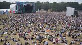 Penonton festival menyaksikan Bill Bailey tampil di Obelisk Arena di festival Latitude di Henham Park, Southwold, Inggris, Minggu (25/7/2021). Ribuan orang memadati area Festival Latitude di Inggris timur pada Jumat (23/7/2021) waktu setempat. (Jacob King/PAvia AP)