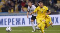 Gelandang Ukraina,  Ruslan Malinovskyi saat mencetak gol lewat titk penalti ke gawang Jerman pada pertandingan  UEFA Nations League di Stadion Olimpiyskiy di Kyiv, Ukraina, Sabtu (10/10/2020). Jerman menang 2-1 atas Ukraina. (AP Photo/Efrem Lukatsky)