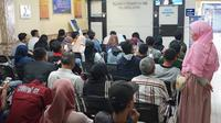 Warga mengantre saat membuat Surat Izin Mengemudi (SIM) di Satlantas Polresta Depok, Jawa Barat, Senin (1/7/2019). Polresta Depok menggratiskan pembuatan SIM baru dan perpanjangan bagi warga yang berulang tahun pada 1 Juli atau bertepatan dengan HUT ke-73 Bhayangkara. (Liputan6.com/ImmanuelAntonius)