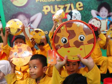 Anak-anak menunjukkan puzzle lunch set saat peluncuran Technoplast puzzle lunch set, Jakarta, Jumat (7/10). Inovasi puzzle lunch set disain oleh kreasi anak bangsa yang terpilih di Technoplast Product Desaign Competition. (Liputan6.com/Angga Yuniar)