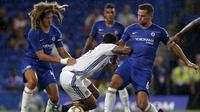 Para pemain Chelsea mengawal ketat pemain Olympique Lyon, Memphis Depay (tengah), pada laga International Champions Cup 2018, di Stamford Bridge, London, Selasa (7/8/2018). (AFP/Ian Kington)