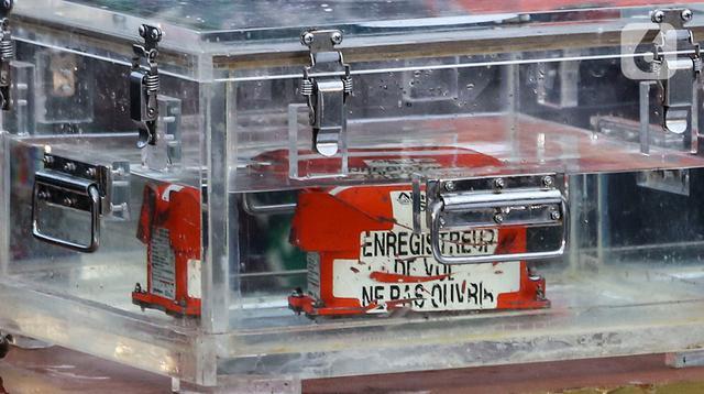 Kondisi Black box pesawat Sriwijaya Air SJ 182 yang jatuh di Kepulauan Seribu di Dermaga JICT, Jakarta, Selasa (12/1/2021). Black box yang terdiri dari dua kombinasi perangkat yaitu CVR atau percakapan dalam kokpit pesawat dan FDR atau rekaman data penerbangan. (Liputan6.com/johan Tallo)