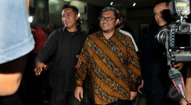 Gubernur Jawa Barat Ahmad Heryawan (Aher) usai menjalani pemeriksaan di Bareskrim Polri, Jakarta, Jumat (15/5/2015). Aher diperiksa sebagai saksi selama 15 jam terkait kasus dugaan korupsi pembangunan Stadion Gedebage Bandung. (Liputan6.com/Johan Tallo)