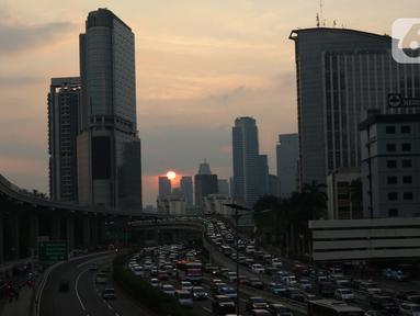 Pengendara terjebak kepadatan di sekitar pintu masuk Tol Dalam Kota Jalan Gatot Subroto, Jakarta, Jumat (29/5/2020). Meski masa Pembatasan Sosial Berskala Besar (PSBB) di Jakarta baru akan diumumkan 4 Juni mendatang, namun jalanan Ibu Kota mulai dipadati kendaraan. (Liputan6.com/Helmi Fithriansyah)