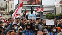 Pengunjuk rasa berkumpul saat berdemonstrasi menolak UU Cipta Kerja di kawasan Harmoni, Jakarta, Kamis (8/10/2020). UU Cipta Kerja yang disahkan beberapa waktu lalu memicu demonstasi sejumlah kalangan. (Liputan6.com/Faizal Fanani)