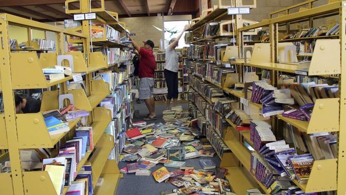 Kern County Library juga tampak berantakan (AP)