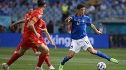 Dua menit kemudian, Italia kembali memperoleh peluang melalui Gelandang Matteo Pessina (kanan) yang mendapat umpan di kotak penalti. Lagi-lagi Danny Ward mampu mematahkannya. (Foto: AP/Pool/Riccardo Antimiani)