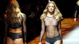 Seorang model membawakan busana transparan saat Etam Live Show Lingerie di Fashion Week di Paris, Prancis (28/9). (REUTERS/Charles Platiau)