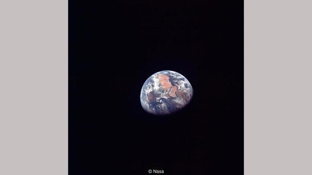 gambar Bumi di ambil oleh Amrstrong, dkk. (NASA)