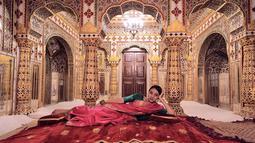 Paras cantik artis kelahiran Jakarta ini sukses bikin jantung netizen berdebar. Memiliki wajah khas Arab, Nadia justru terlihat makin memesona saat mengenakan pakaian tradisional India. Begini gaya pemain 'ABG Jadi Manten' bak seleb Bollywood di City Palace, Jaipur.(Liputan6.com/IG/@nadiasoekarno)