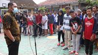 Wali Kota Solo FX Hadi Rudyatmo memberikan pengarahan kepada siswa SMPN 16 usai pulang study tour dari Bali, Rabu (18/3).(Liputan6.com/Fajar Abrori)