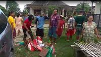 Warga di Bojonegoro mengembalikan bingkisan lebaran ke kasun. (Ahmad Adirin/Liputan6.com)