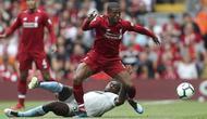 Gelandang Liverpool, Georginio Wijnaldum, berusaha melewati gelandang West Ham, Michail Antonio, pada laga Premier League di Stadion Anfield, Minggu (12/8/2018). Liverpool menang 4-0 atas West Ham. (AP/David Davies)