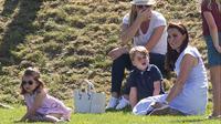 Kate Middleton bersama dua anaknya, Pangeran George dan Putri Charlotte mendukung Pangeran William yang bertanding untuk acara Maserati Royal Charity Polo Trophy selama Festival Polo di Beaufort Polo Club, Gloucestershire, Minggu (10/6). (AP Photo)
